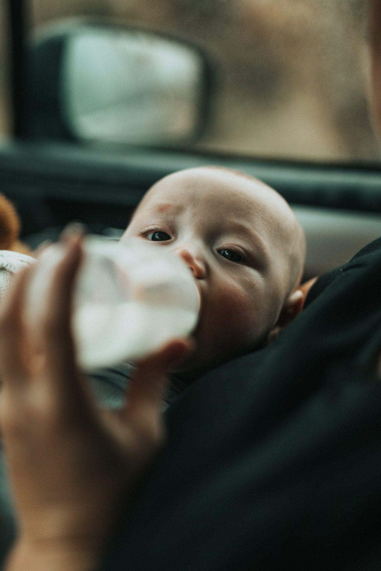 Hoe geef je je baby de fles?
